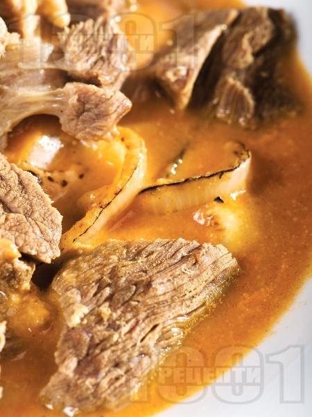 Телешко месо с печен лук и доматен сос - снимка на рецептата
